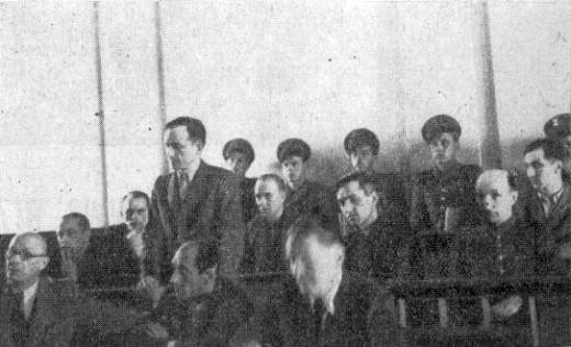 """Proces sztabu """"XXIII"""" Okręgu NZW. Na ławie oskarżonych siedzą od lewej: Jerzy Wierzbicki """"Dodek"""", Stanisław Lewandowski """"Ogrodnik"""", Jan Przybyłowski """"Onufry"""" (stoi), Stefan Bronarski """"Liść"""", """"Roman"""", Stefan Majewski """"Szczepan"""", Wiktor Stryjewski """"Cacko"""", Jan Nowak """"Korab""""."""