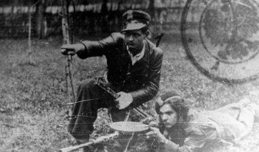 """Stanisław Ludzia """"Harnaś"""" klęczy, """"Dzielny""""."""