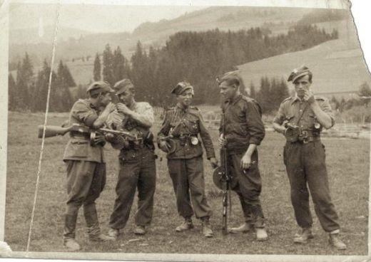 """III kompania AK (ROAK, znani jako """"Wiarusy"""", albo """"Znicz"""").   Żołnierze w trakcie luźnej rozmowy."""