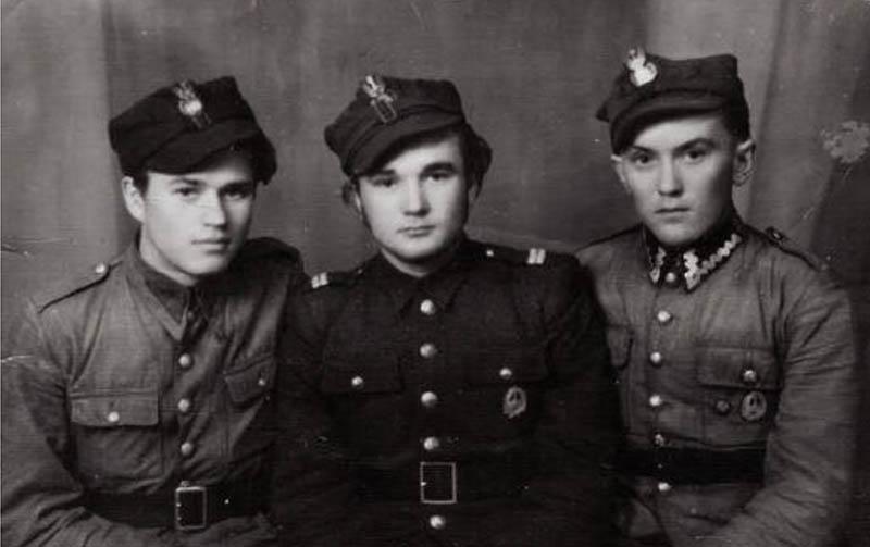 """Żołnierze oddziału """"Wiarusy"""", pierwszy od prawej - Stanisław Ludzia """"Dzielny"""", """"Harnaś"""""""