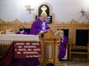 Ksiądz przemawia z ambony podczas mszy w intencji Żołnierzy Niezłomnych odprawionej w Farze w Ostrołęce
